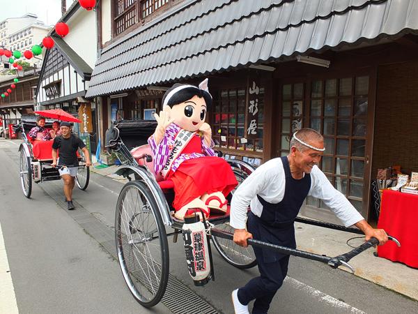 草津温泉街を駆け抜ける人力車