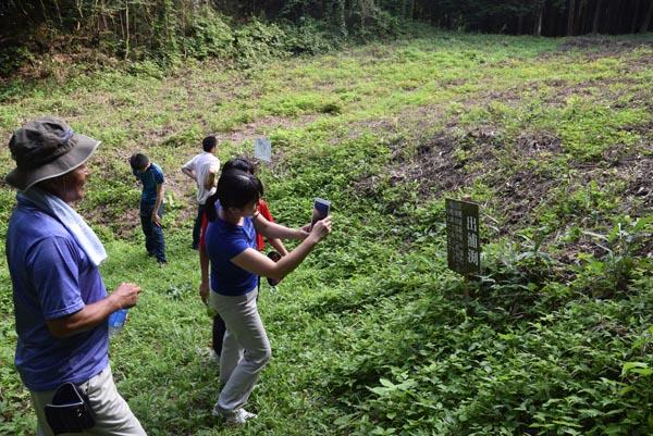 815出浦の屋敷跡とされる出浦渕を訪れた観光客