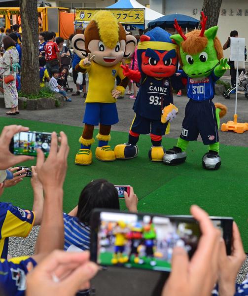 816写真撮影に応じる、北関東3チームのマスコット=正田醤油スタジアム群馬