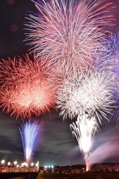 817夏の夜空を彩る花火大会=高崎・新町