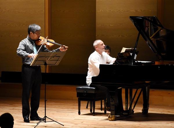 819伸びやかに演奏する寺田さん(左)