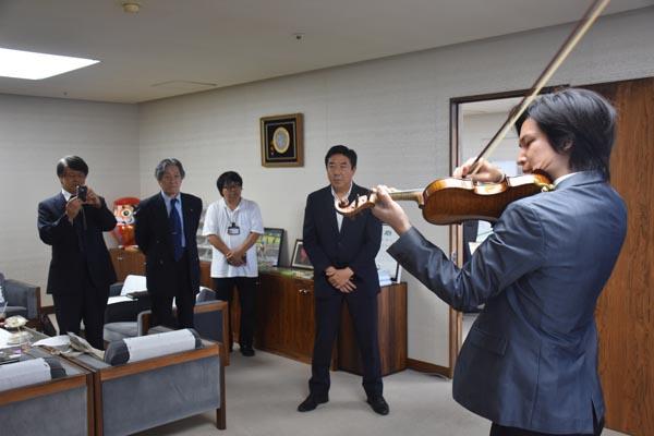 824山本市長らを前にバイオリンを演奏する成田さん