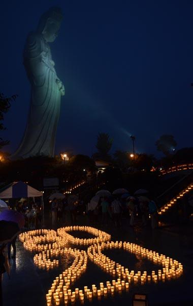 828万灯会開催20年と白衣観音建立80周年を記念して並べた灯明