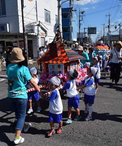 保育園児が自作したみこしも登場した町夏祭祇園祭