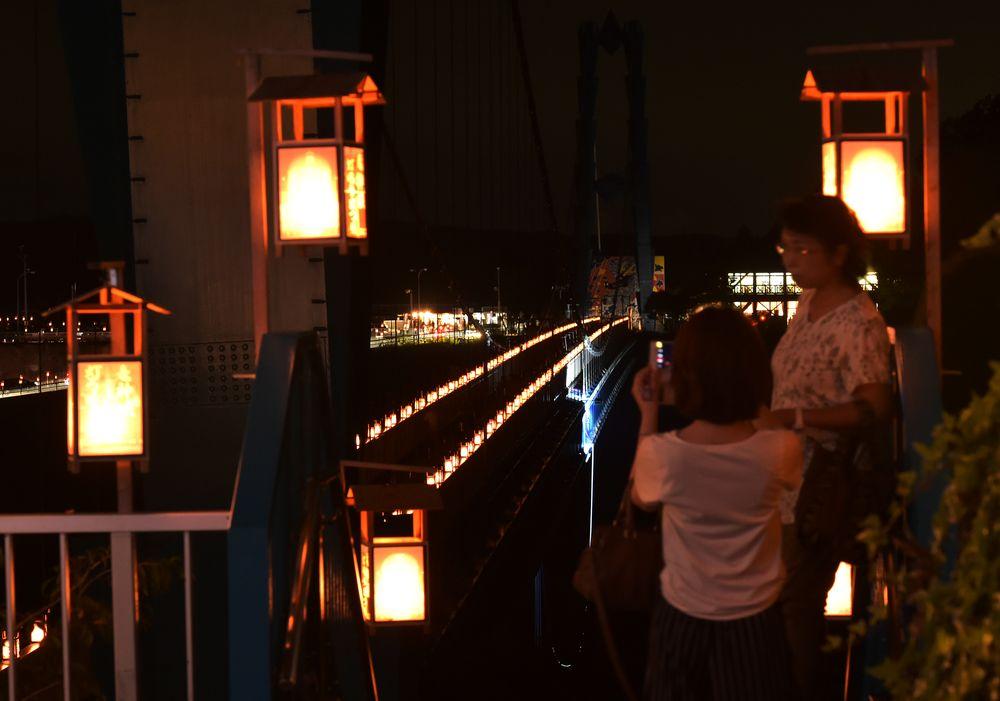 灯籠で彩られた竜神大吊橋=12日午後7時49分、常陸太田市天下野町、村田知宏撮影