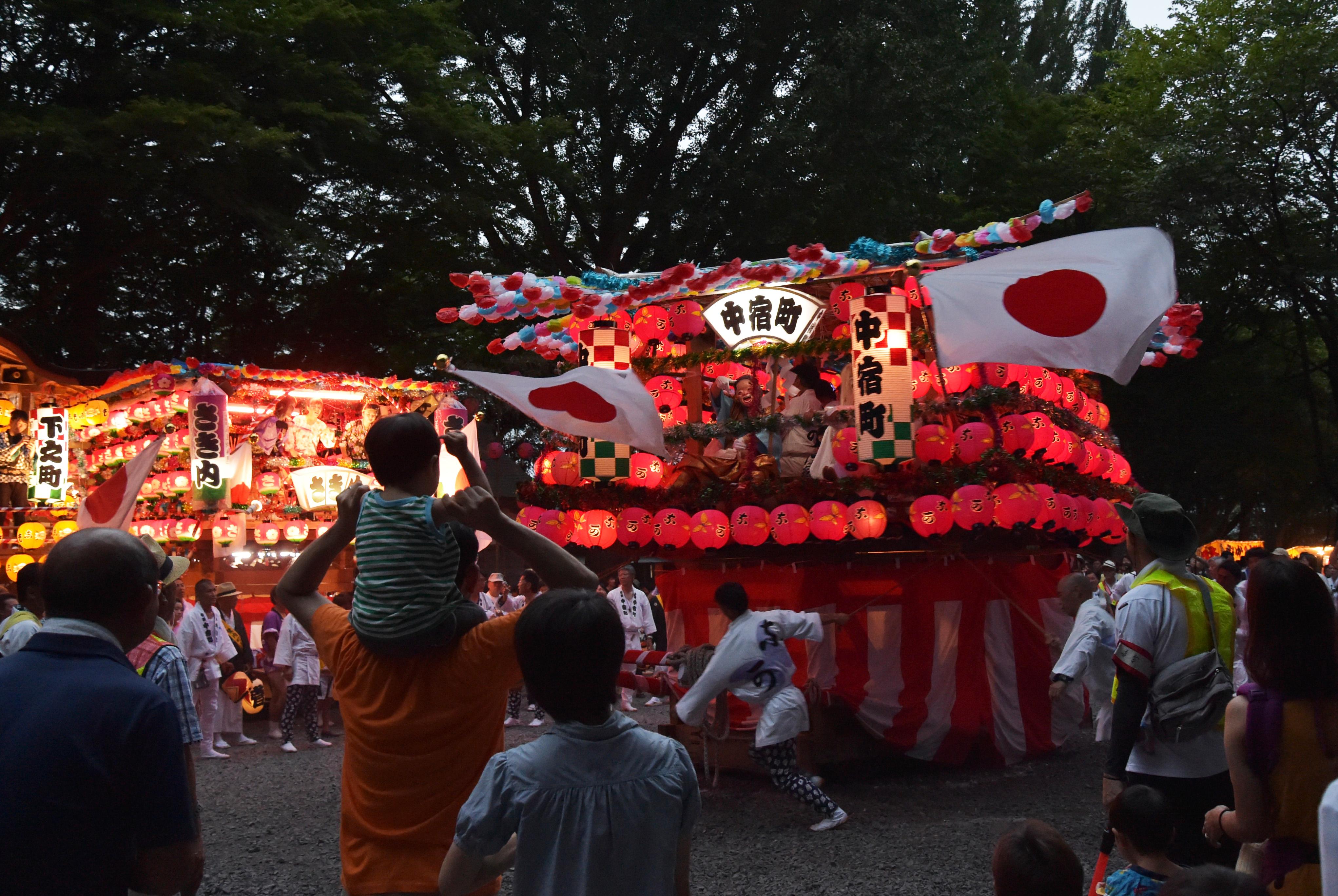 威勢よく回転する明かりの入ったちょうちんで飾られた山車=那珂市菅谷
