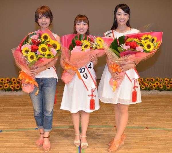 905第31代ミスひまわりに選ばれた(左から)相京さん、長部さん、岩崎さん