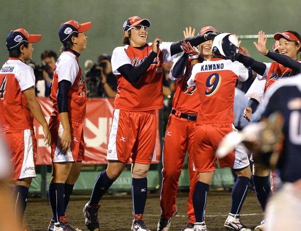 905試合を決める2ランを放った河野を笑顔で迎える上野(中央)らjpg