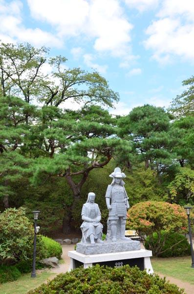 906沼田公園に立つ信之・小松姫像