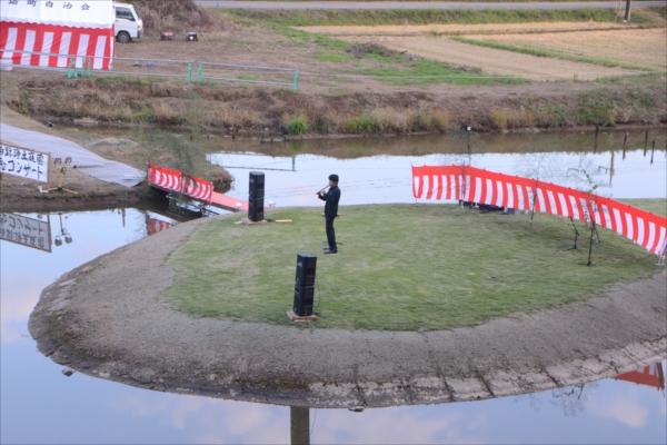 樺崎寺跡の浄土庭園に浮かぶ島でケーナを演奏するRenさん