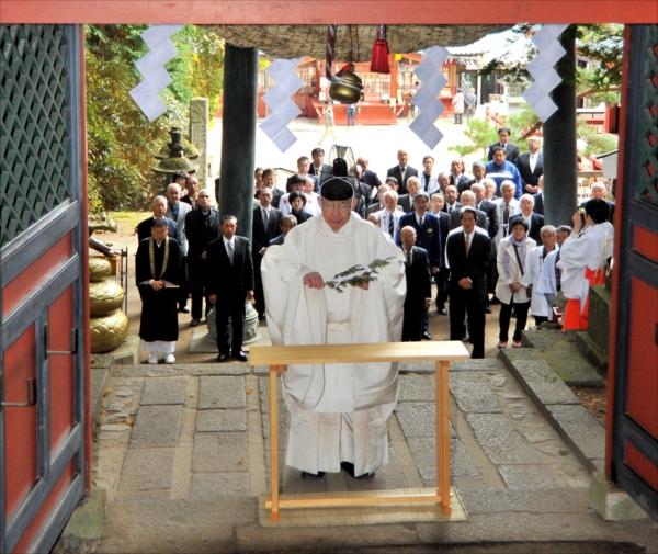登拝門で玉串をささげる吉田宮司