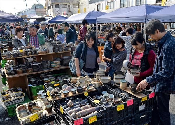 大勢の来場者でにぎわった秋の陶器市=3日午前10時35分、益子町益子、橋本裕太撮影