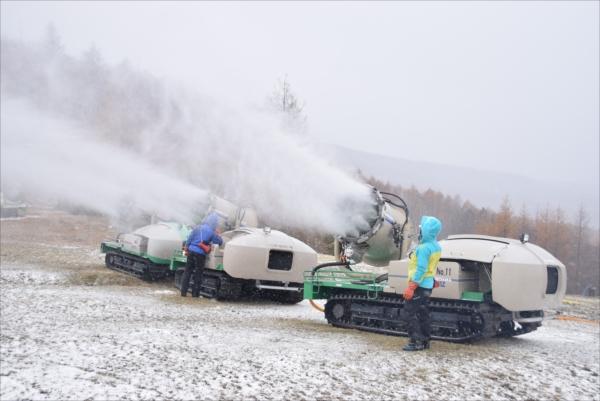 9日午前から始まった今季初の人工降雪作業