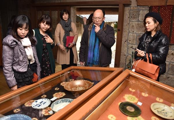 濱田館長(右から2人目)から展示物の説明を受ける参加者