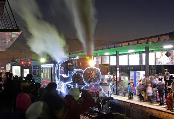真岡駅2番線ホームを出発するイルミネーションSL=2014年12月6日午後5時半、真岡市台町の真岡駅