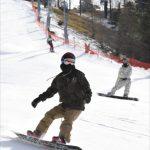オープンした上級コースを気持ちよさそうに滑走するスノーボーダーら=30日午前10時40分、那須塩原市湯本塩原