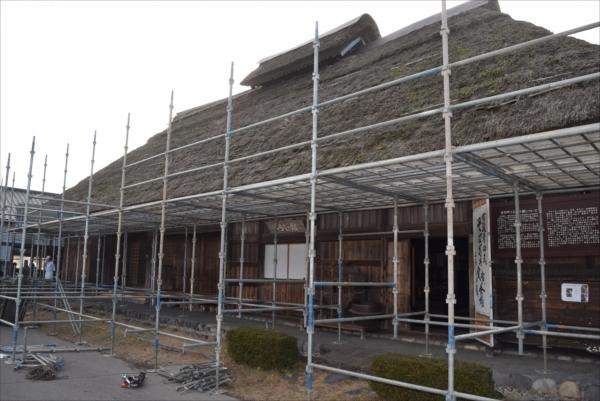 かやぶき屋根のふき替えのため、足場が組まれている大田原市郷土資料館くらしの館