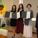 0119ぐんま観光特使の委嘱状を受け取った(左から)内藤さん、川辺さん、Emiiさん