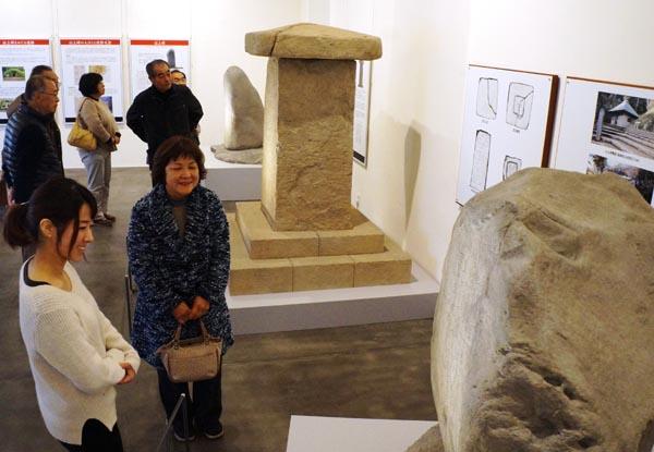 《上野三碑「世界の記憶」候補》レプリカ そろい踏み 多胡碑記念館