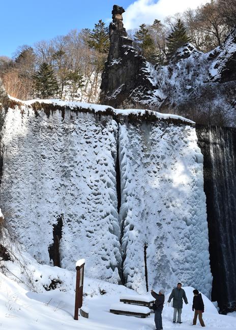 0126巨大な氷壁が訪れた人を驚かせている