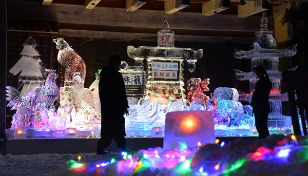 0127 氷像のライトアップに見入る宿泊客ら