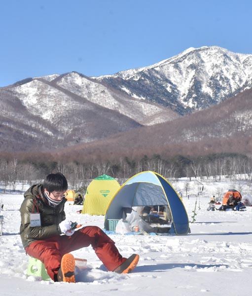 0128バラギ湖に厚く張った氷にドリルで穴を開けて穴釣りを楽しんだ