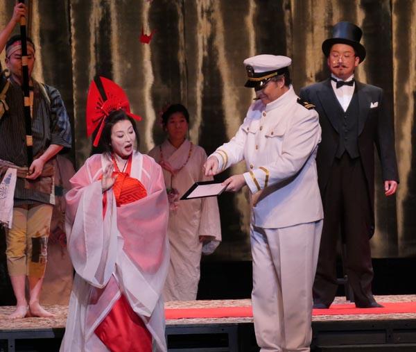 「蝶々夫人」で共演する中嶋さん(手前左)と猿谷さん(同右)=22日、金沢歌劇座(高崎財団提供)