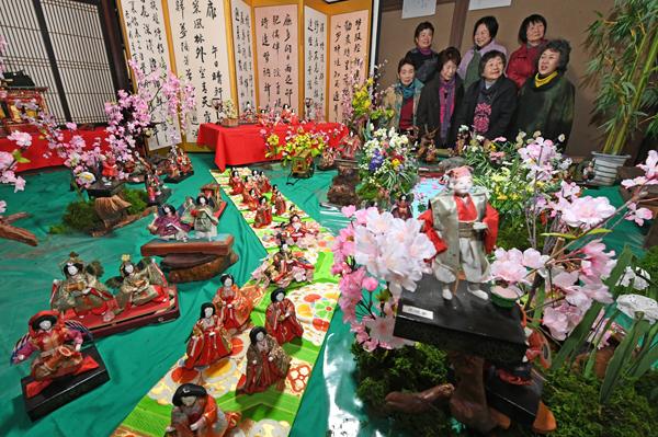 210平安時代の庭園で花見をする官女という設定の飾り付けの人形