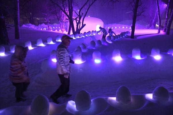 ミニかまくらに光がともり幻想的に浮かび上がった「雪灯里」会場=6日午後5時40分、日光市湯元、永嶌理絵撮影