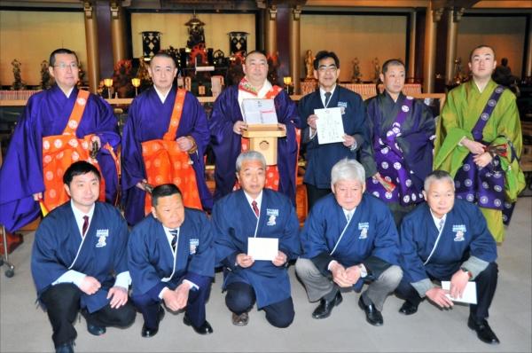 輪王寺へそばを奉納した会員と僧侶たち