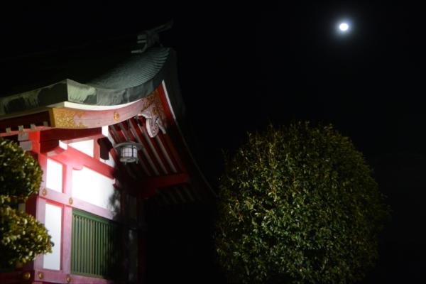 ライトアップされた織姫神社の上空に浮かぶ月