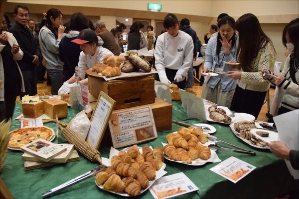 参加者はゆめかおりを使用した14種類のパンやお菓子などの試食を楽しんだ