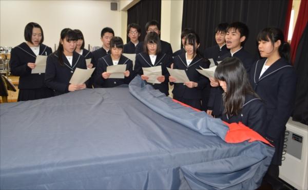 ピアノの伴奏で鉄道唱歌の練習をする烏山高生
