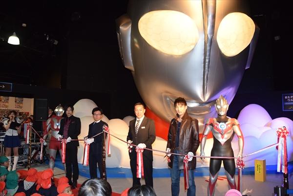 俳優の石黒さんや青柳さんらが登場し、トークショーやテープカットなどを行ったオープニングセレモニー