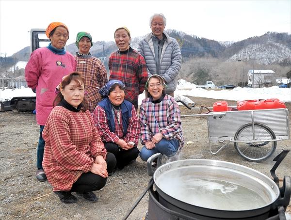 製造作業に励む「どろぶメープル会」の6人と飯村さん(後列右)