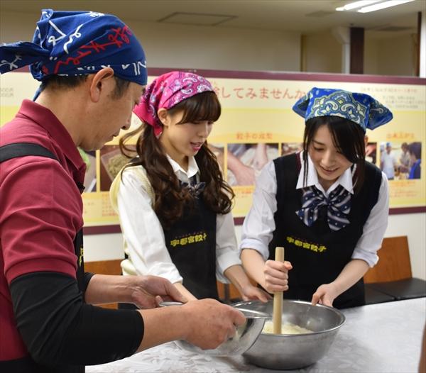 ロケでギョーザ作りに挑戦する佐々木さん(右)と小嶋さん(中央)