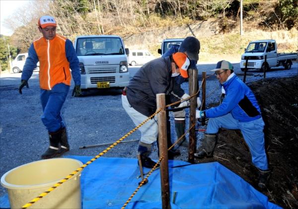 駐車場などの整備を行う焼森山ミツマタ保全協議会のメンバー