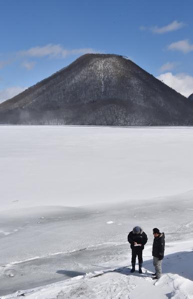 冬一番の冷え込み 榛名湖全面結...
