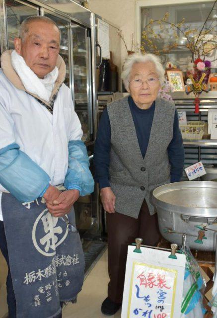 東さん(左)と妻の頼子さん。「しもつかれ」など手作りの惣菜も人気だ