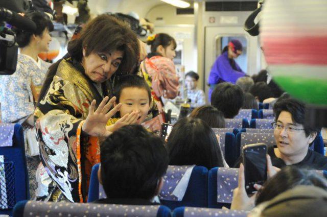 SL大樹の車内で「石川五右衛門」と記念撮影をする家族連れ