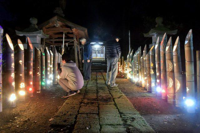 八雲神社境内で点灯している竹あかり
