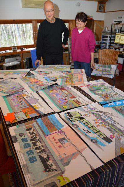茂木の町並み絵巻を描いた鶴丸光世さん(左)と、支える妻の正子さん