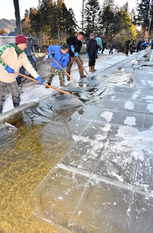 1カ月遅れとなった天然氷の切り出し作業