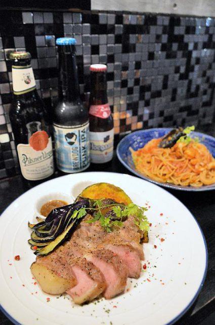 「鹿沼産さつきポークのステーキ」(手前)などビールに合う料理が楽しめる
