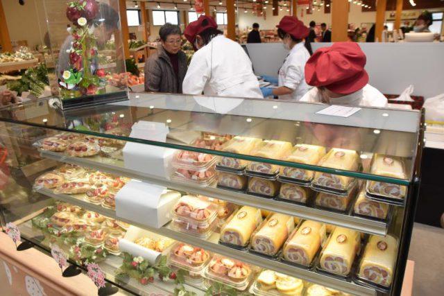 一番人気の「いちごのプレミアムロールケーキ」などが並ぶ物産館