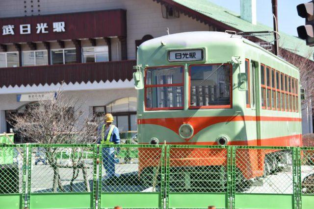 東武日光駅前広場に設置された路面電車