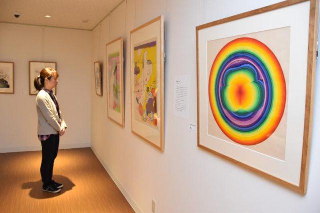 靉嘔さんの初公開作「Rainbow pansy A」(右)などが展示されている企画展