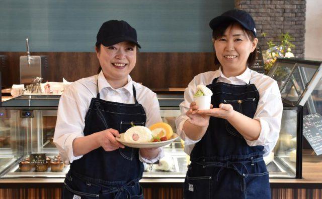 新商品のジェラートとロールケーキを紹介する「あぐりのカフェ」スタッフ