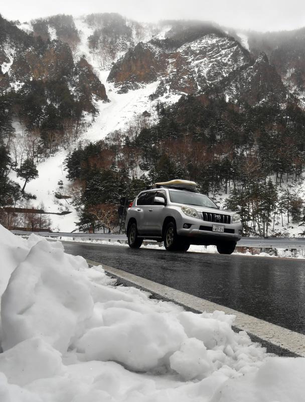 冬季閉鎖が解除された金精道路を通り抜ける車