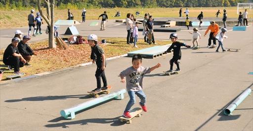 スケートボードを楽しむ子どもたち